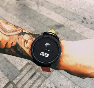 Модерен черен мъжки часовник с велурена каишка