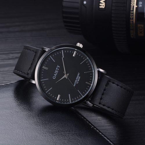 Изчистен черен часовник със сребристи детайли