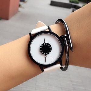 Нестандартен бял часовник с черен корпус